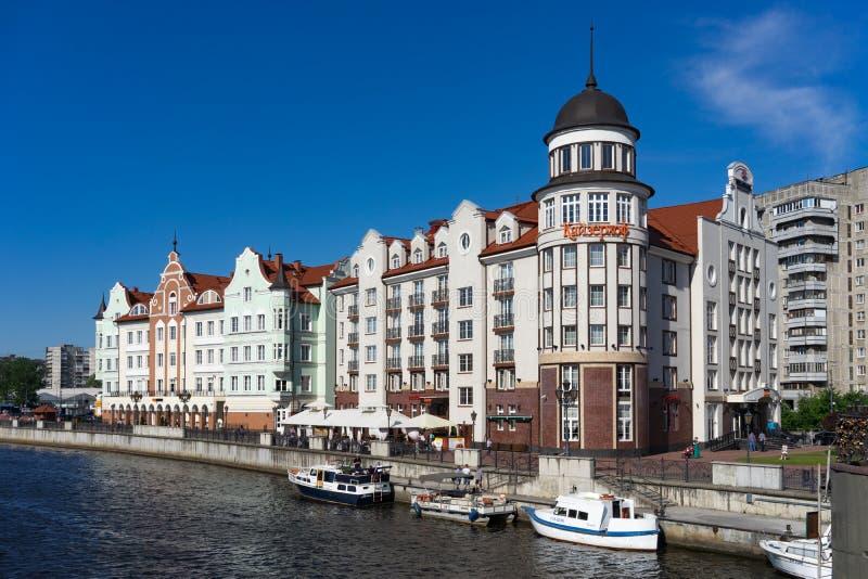 Le point de repère moderne de la ville avec le phare et des bâtiments dans le style ancien sur les banques de la rivière de Prego photographie stock