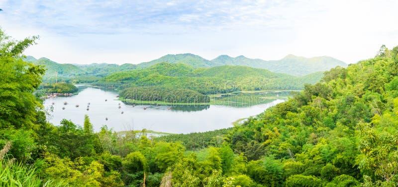 Le point de vue de la montagne verte dans le lac krathing de huai, Thaïlande photo stock
