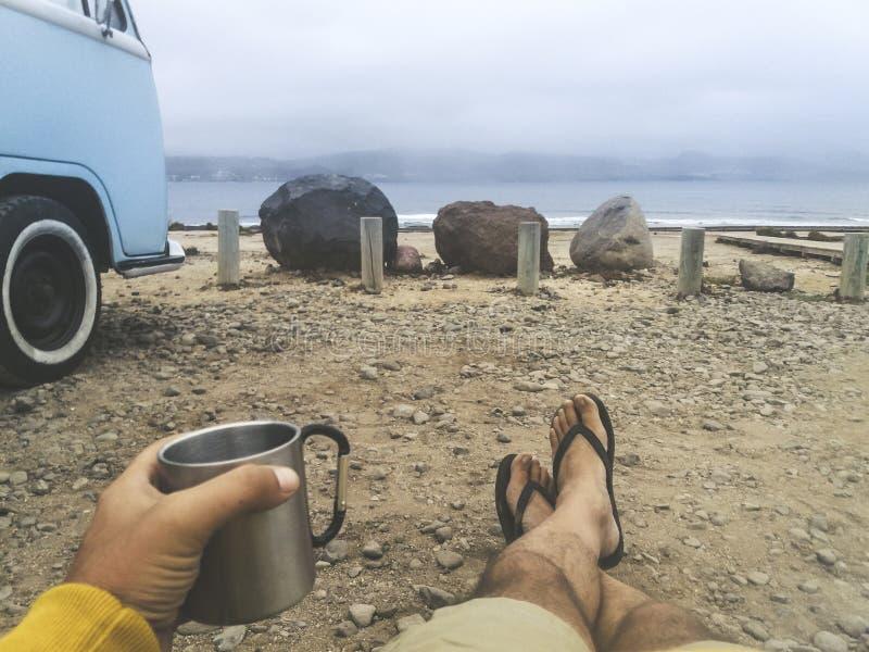 Le point de vue de yeux de l'homme ont pour détendre pendant le début de la matinée après que voyage pour découvrir la destinatio images libres de droits