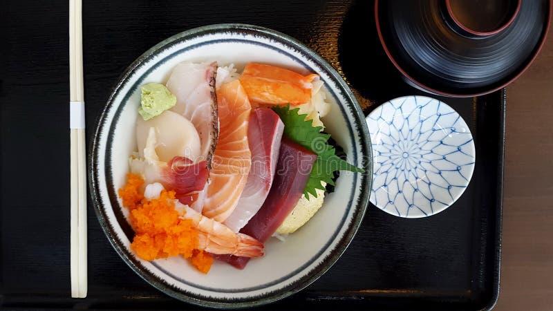 Le poisson cru japonais Tuna And Salmon de cuvette de poussée photos stock