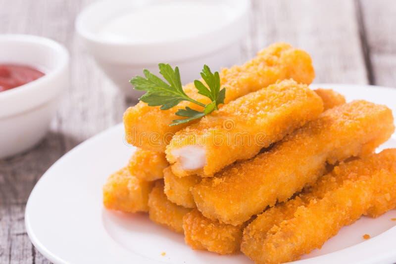 Le poisson frit colle les doigts ou la pépite de poulet photo libre de droits