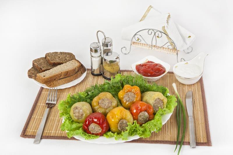 Le poivre bulgare bourré de la viande avec des herbes sauce et crème sure Un repas fin pour le déjeuner photo stock