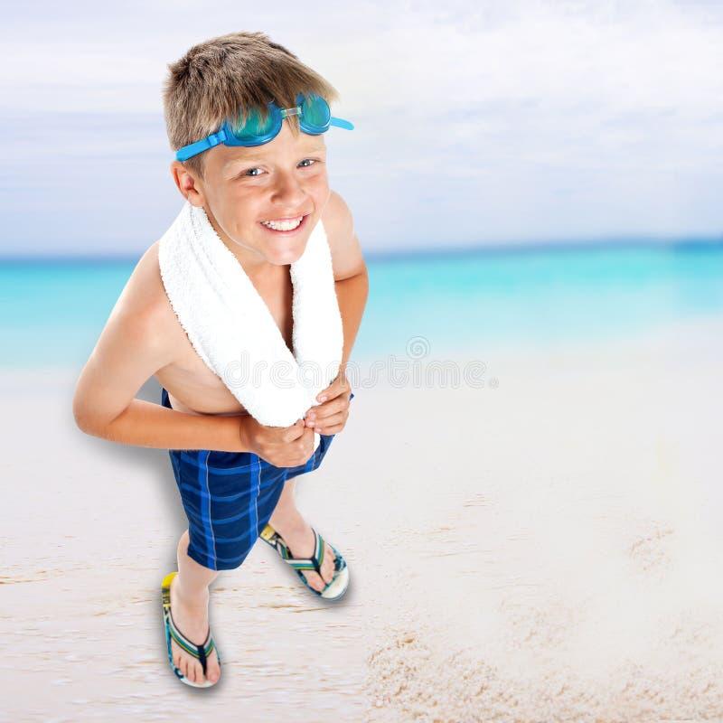 Le pojkeanseende på strandbakgrund arkivfoton