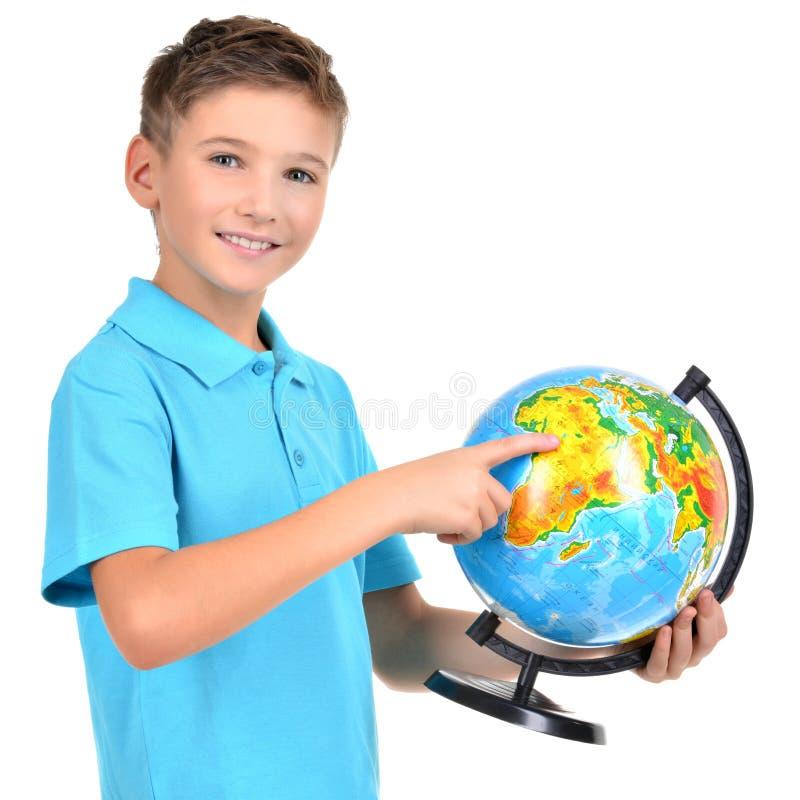 Le pojken i tillfälligt hållande jordklot royaltyfri fotografi