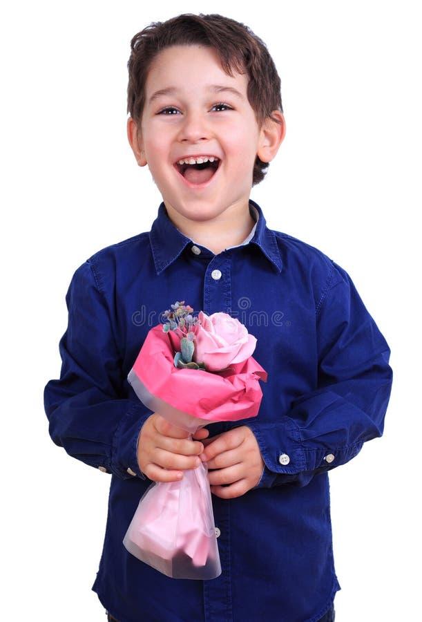 Le pojken med en bukett av blommor Liten gentleman med ros fotografering för bildbyråer