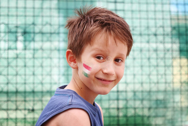 Le pojken med ungersk tricolor trikolor hans framsida fotografering för bildbyråer
