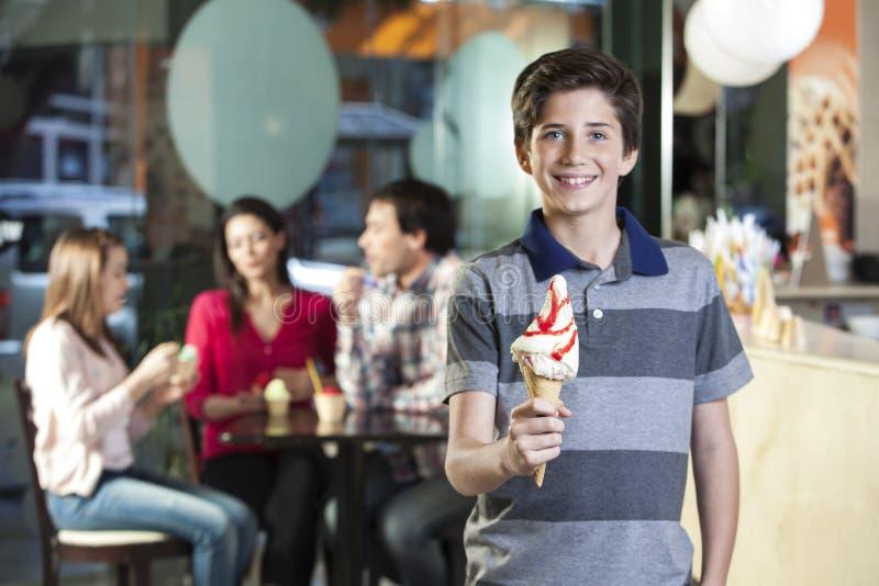 Le pojken som rymmer den Vanilla Ice krämkotten i mottagningsrum arkivbild
