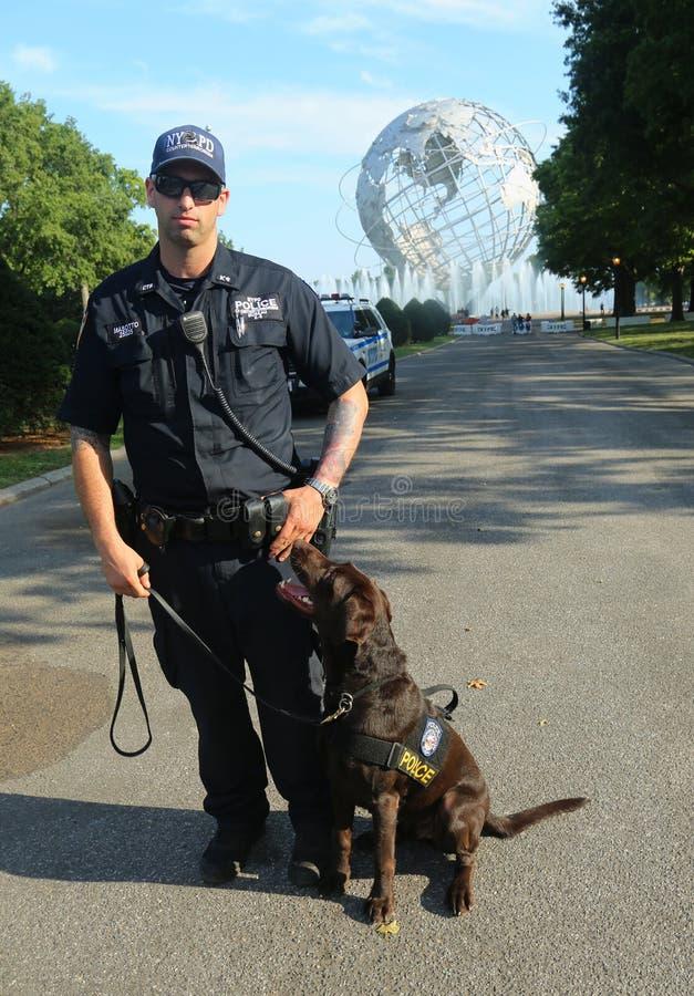 Le policier du bureau K-9 et K-9 de transit de NYPD poursuivent fournir la sécurité au centre national de tennis photographie stock
