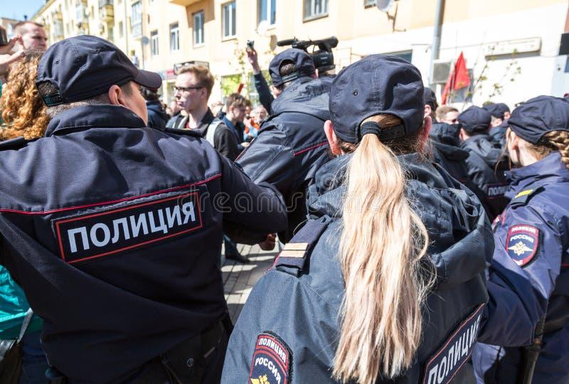 Le policier et la policière russes pendant une opposition protestent images stock