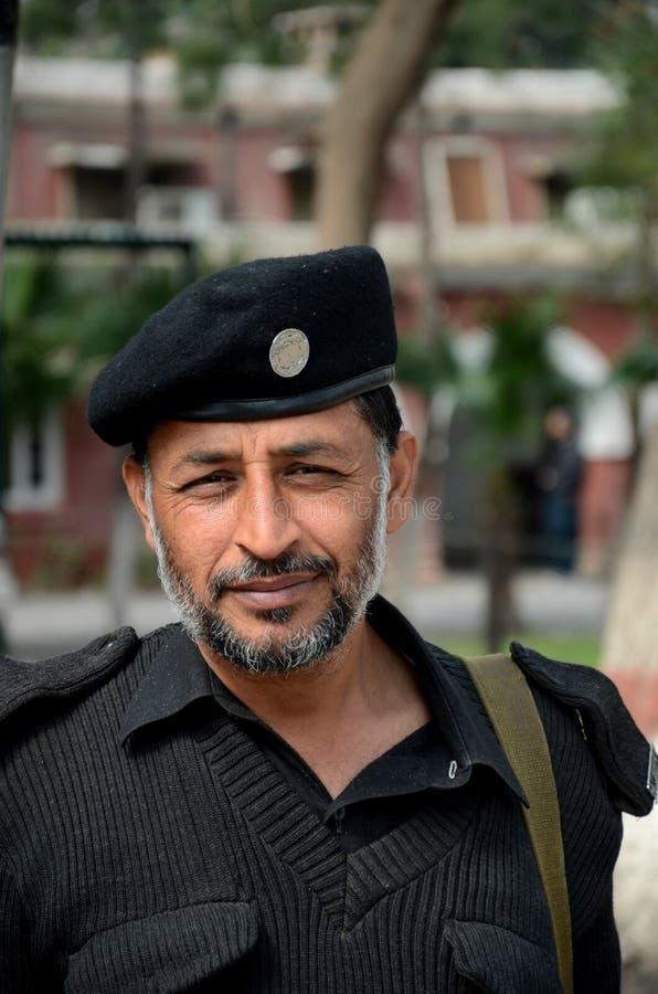 Le policier pakistanais de Pathan sourit pour l'appareil-photo Peshawar Pakistan photographie stock