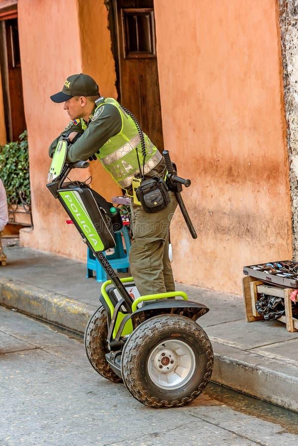 Le policier patrouille les rues dans la vieille ville Carthagène, Colomb images libres de droits