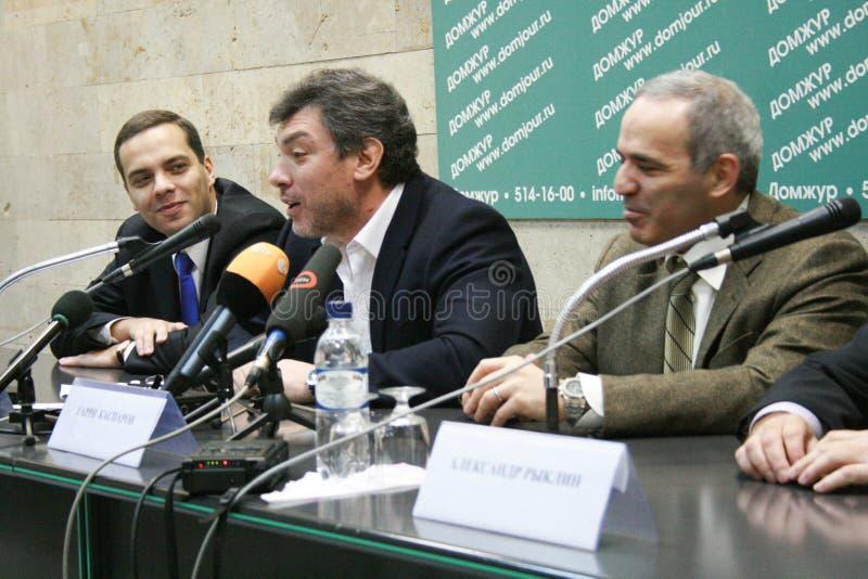 Le politicien Boris Nemtsov parle à une conférence de presse l'opposition photos stock