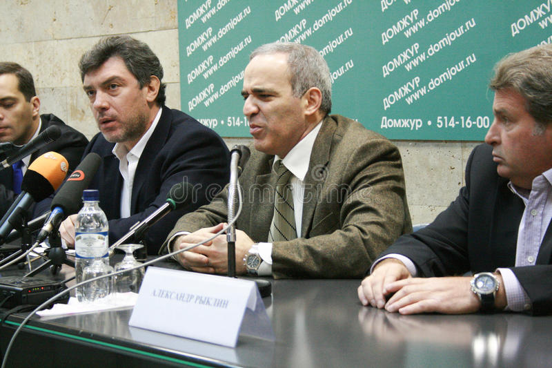 Le politicien Garry Kasparov parle à une conférence de presse l'opposition images libres de droits