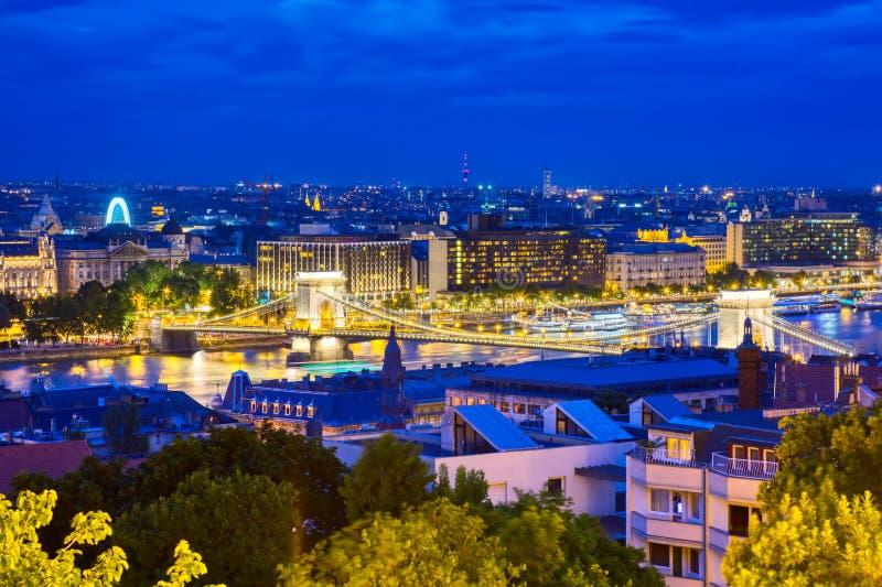 Le pont à chaînes célèbre avec le Danube au coucher du soleil crépusculaire de crépuscule à Budapest, Hongrie image libre de droits