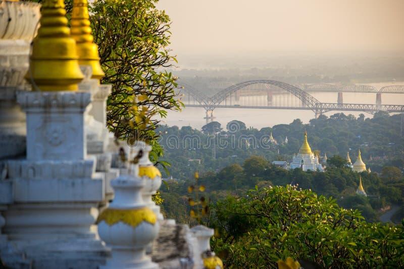 Le pont à travers la rivière d'Irrawadee et les vieilles pagodas dans la région de Sagaing mandalay myanmar photo stock