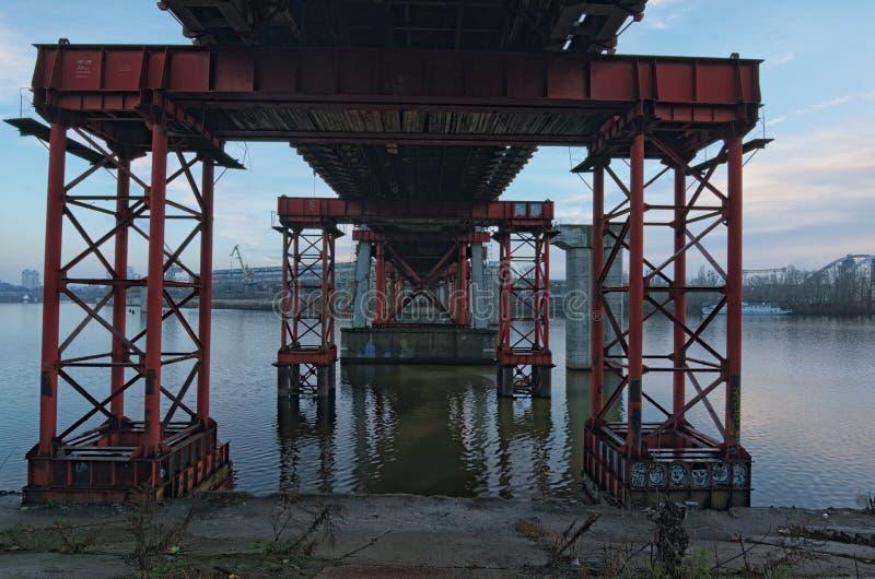 Le pont abandonné a été renforcé avec les appuis spéciaux pour empêcher davantage de destruction Kyiv, Ukraine images stock