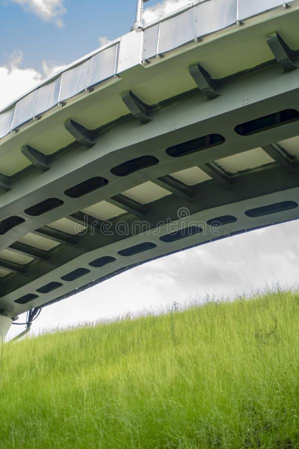 Le pont arqué au-dessus de la paume a rayé la route avec la marche piétonnière le jour bleu parfait clair photos stock