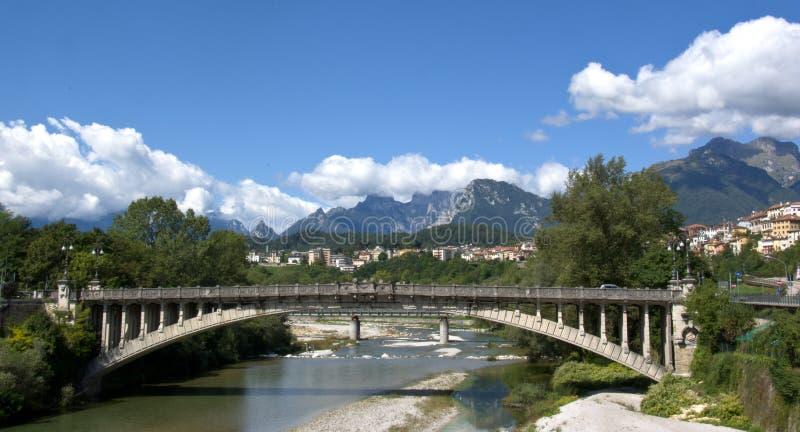 Le pont au-dessus de la rivière Piave à Bellune photos stock