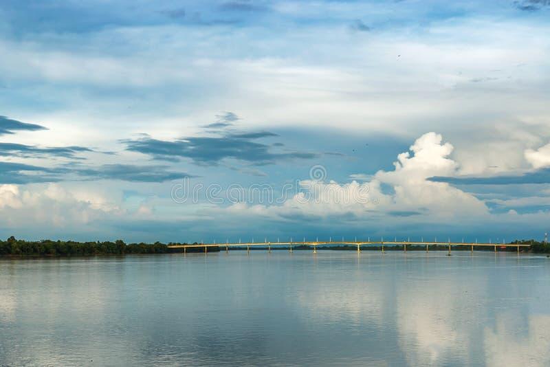 Le pont au-dessus du Mekong dans Terng piqué, Cambodge photographie stock