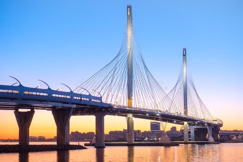 Le pont câble-resté à travers le fairway de Petrovsky de l'ouest photo libre de droits
