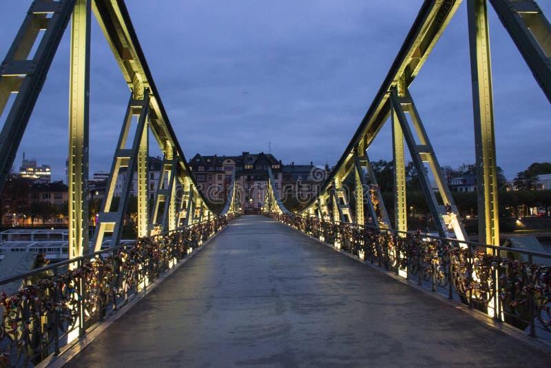 Le pont célèbre à Francfort avec beaucoup de serrures, tir dans l'obscurité photographie stock libre de droits