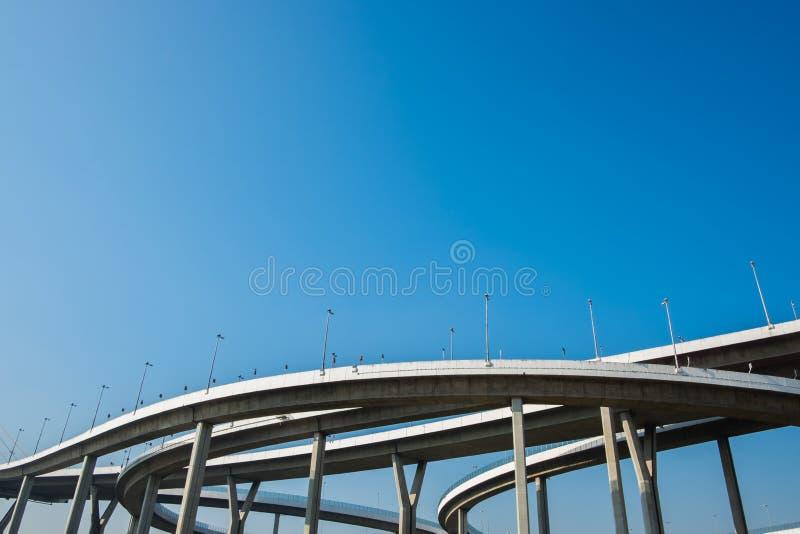 Le pont détourné de Bhumibol avec le ciel bleu images stock