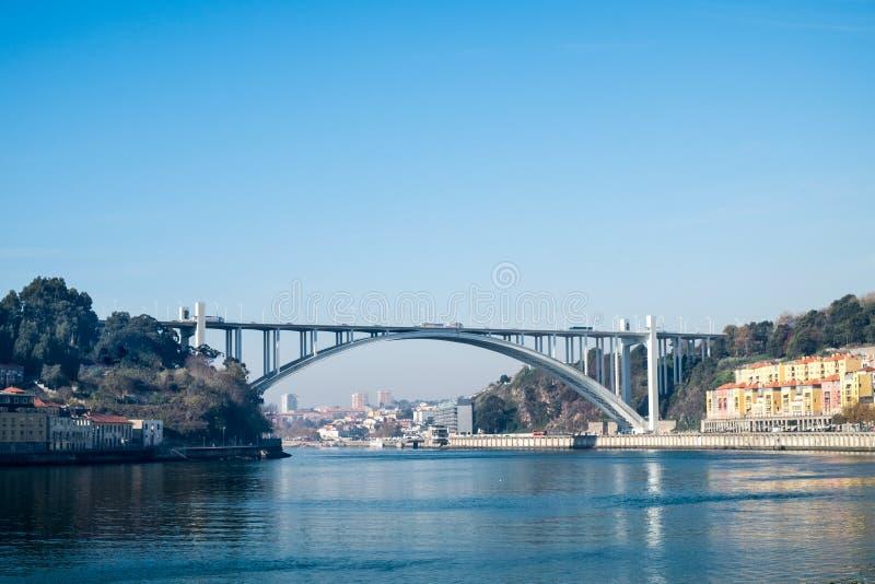 Le pont d'Arrabida est un pont de voûte au-dessus de la rivière de Douro porto photos stock