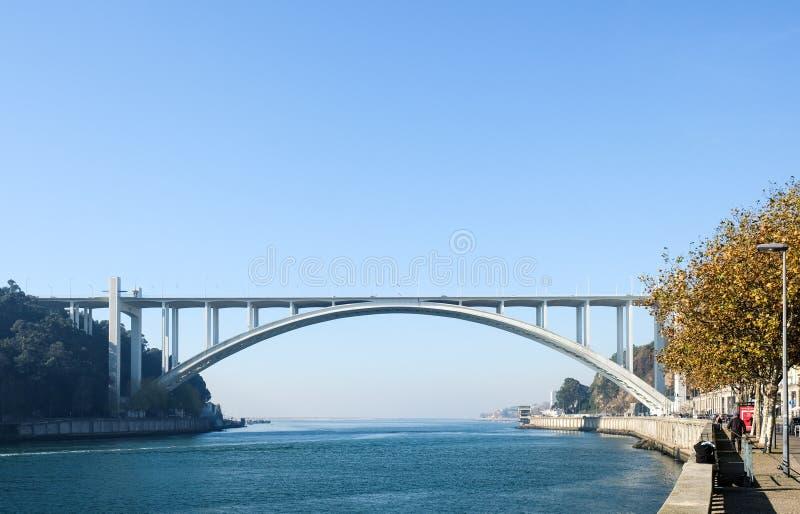 Le pont d'Arrabida est un pont de voûte au-dessus de la rivière de Douro porto photographie stock