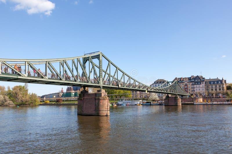Le pont d'Eiserne Steg dans la canalisation de Francfort photographie stock