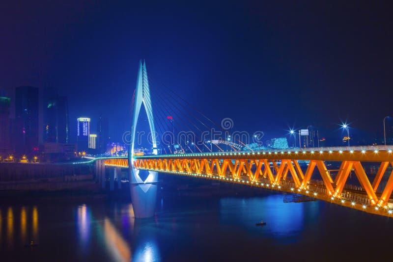 Le pont d'horizon au-dessus du point de repère de rivière de Jialing de Chongqing photographie stock libre de droits