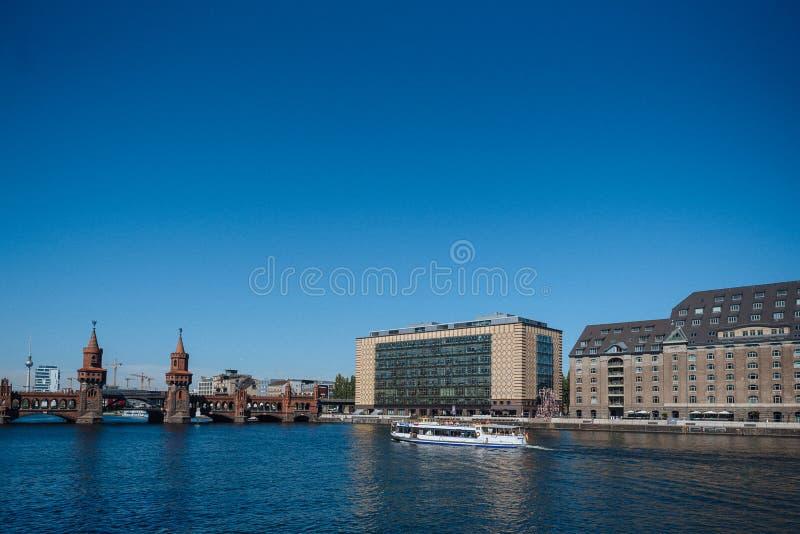 Le pont d'Oberbaum est une fête de Berlin-rivière, considérée un des points de repère de citys photos stock