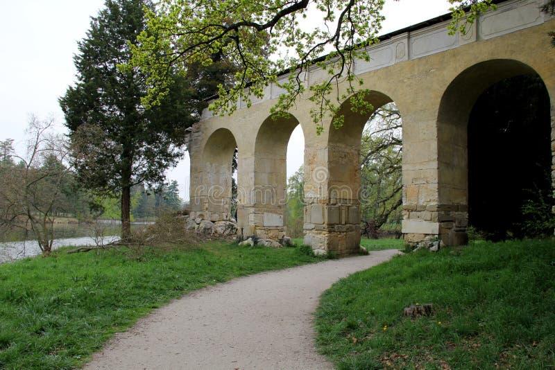 Le pont dans le château Lednice photographie stock libre de droits