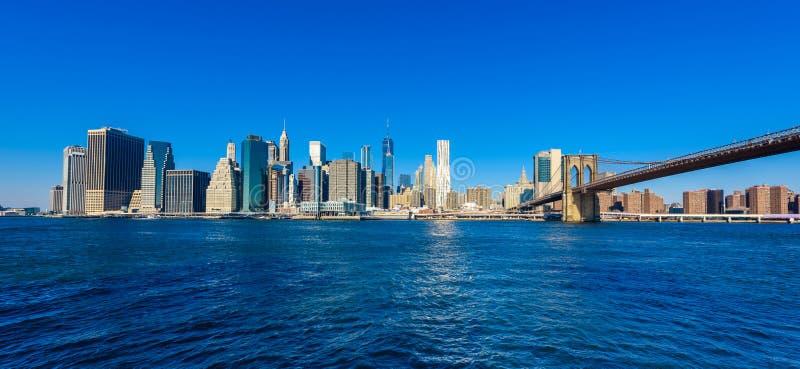 Le pont de Brooklyn et le panorama d'horizon de Lower Manhattan du pont de Brooklyn garent la rive, New York City, Etats-Unis photographie stock libre de droits