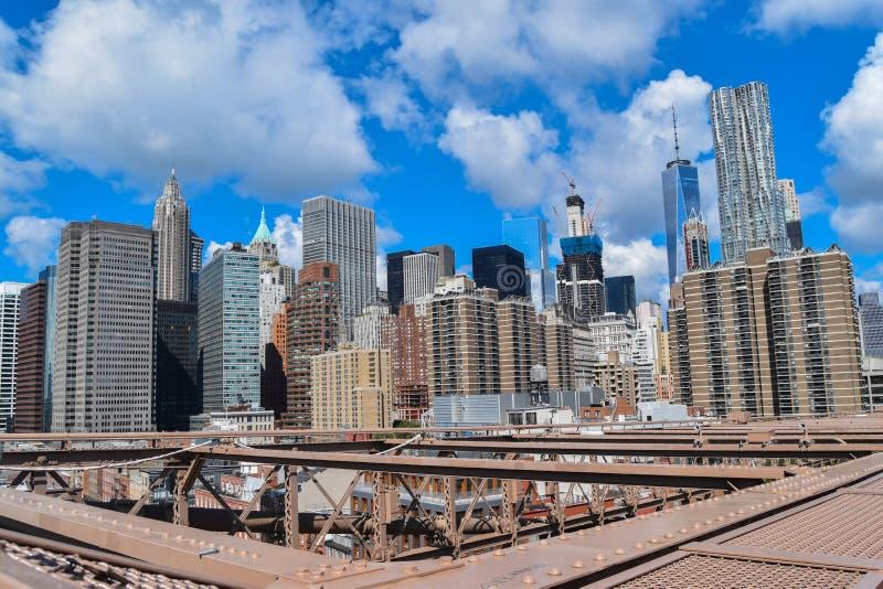 Le pont de Brooklyn rencontre les gratte-ciel photo stock