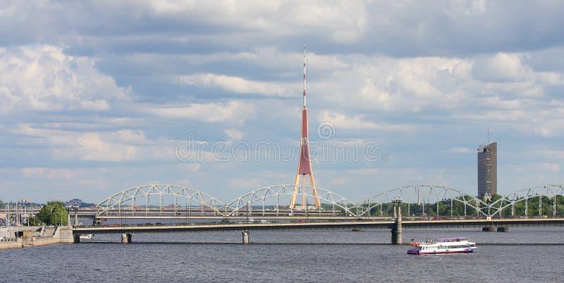 Le pont de chemin de fer et la TV dominent à Riga, Lettonie photographie stock
