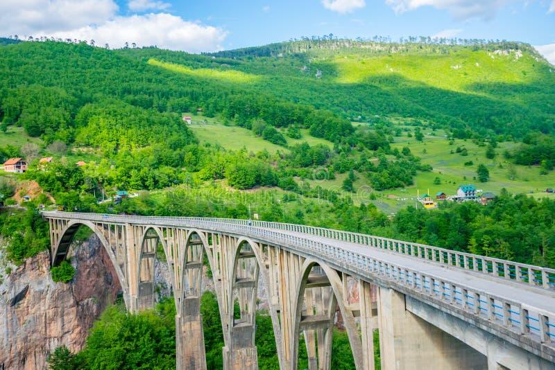 Le pont de Djurdjevic croise le canyon de Tara River image libre de droits