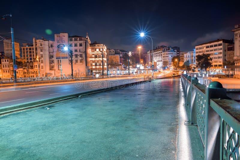 Le pont de Galata la nuit images stock
