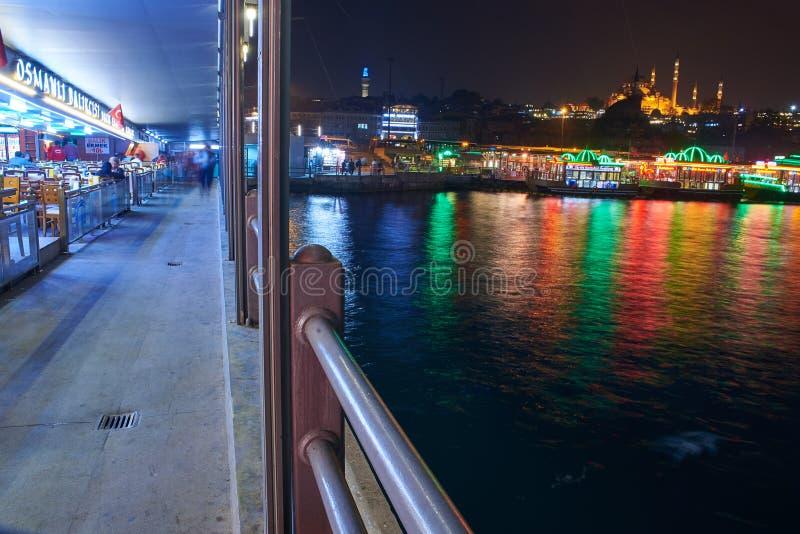Le pont de Galata la nuit images libres de droits