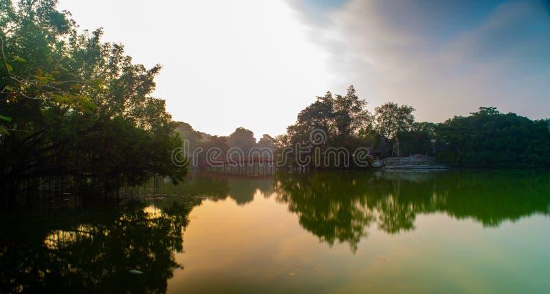 Le pont de Huc au lac Hoan Kiem, Hanoï, Vietnam images stock