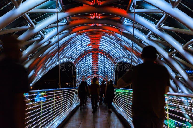 Le pont de la paix est un pont piétonnier en forme d'arc, un vol a photographie stock libre de droits