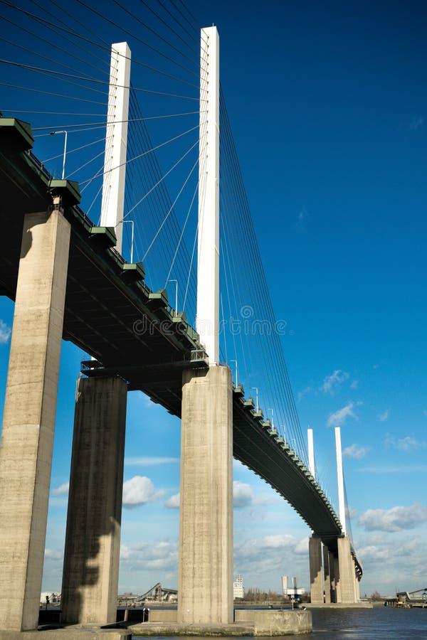 Le pont de la Reine Elizabeth II à travers la Tamise à Dartford photographie stock libre de droits