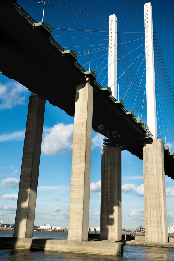 Le pont de la Reine Elizabeth II à travers la Tamise à Dartford image libre de droits