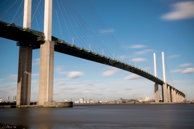 Le pont de la Reine Elizabeth II à travers la Tamise à Dartford images libres de droits