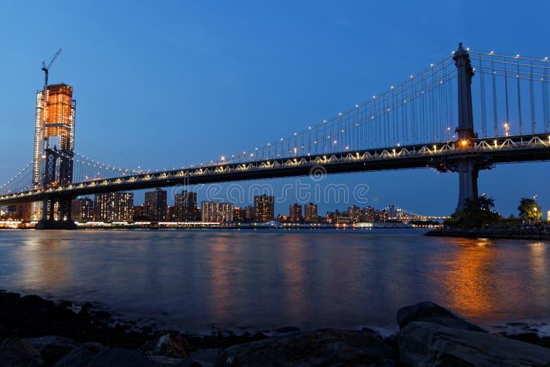 Le pont de Manhattan à l'heure bleue photographie stock