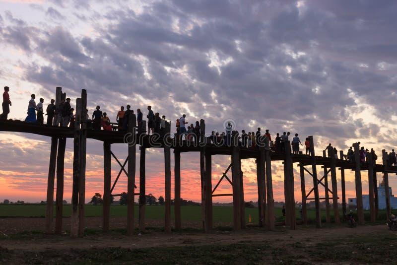 Le pont de marche d'être d'U au coucher du soleil, Mandalay, Myanmar images stock