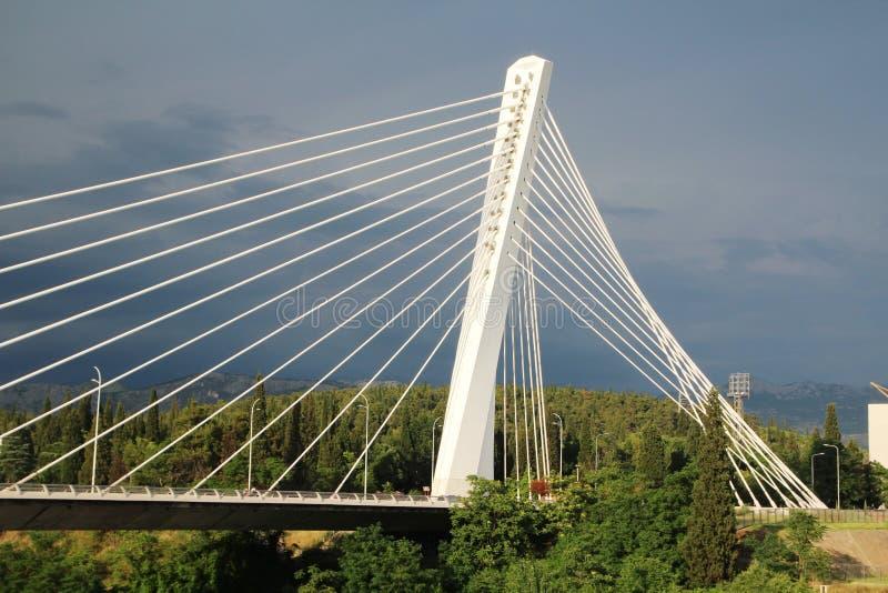Le pont de millénaire à Podgorica, Monténégro photographie stock libre de droits