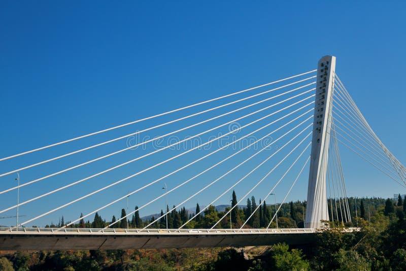 Le pont de millénaire au-dessus de la rivière Moraca à Podgorica photos libres de droits