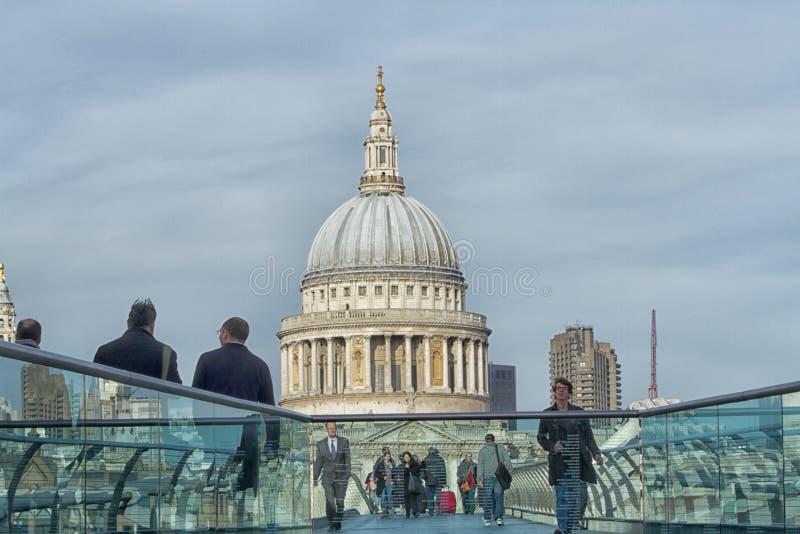 Le pont de millénaire au-dessus de la Tamise à Londres images libres de droits