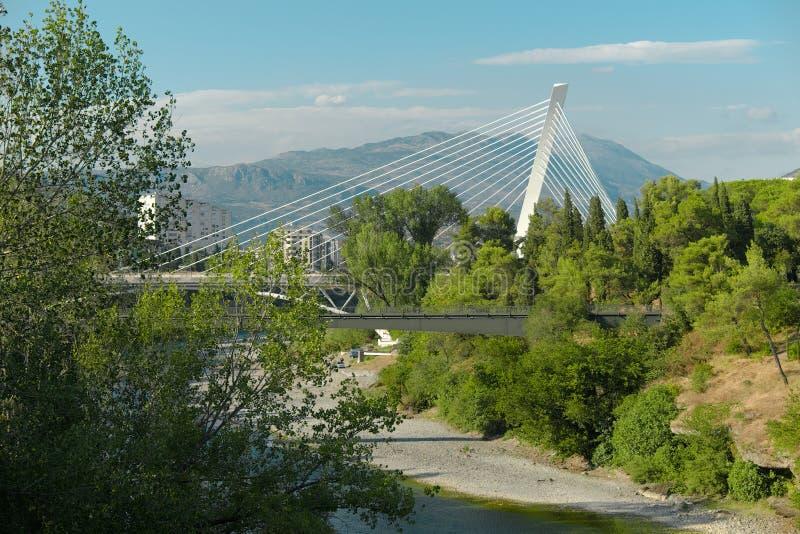 Le pont de millénaire est pont Câble-resté à Podgorica, Montenegr photographie stock libre de droits