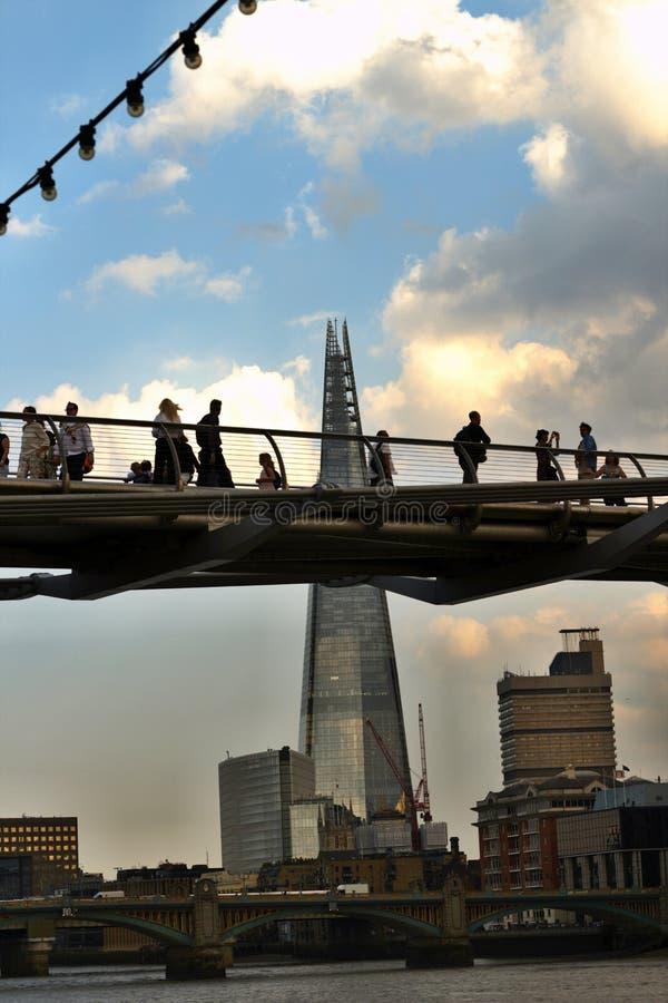 Le pont de millénaire et le tesson image libre de droits